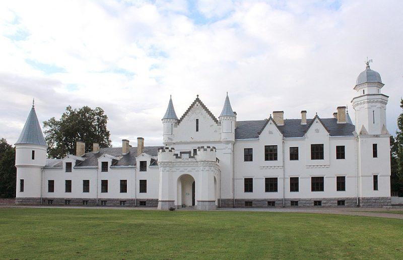 Neogotikas stilā celtā Alatskivi pils stāsta par vācu laikiem Peipusa krastā.