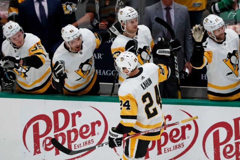 """""""Penguins"""" hokejisti. tostarp Teodors Bļugers (otrais no labās), svin  kārtējo vārtu guvumu."""