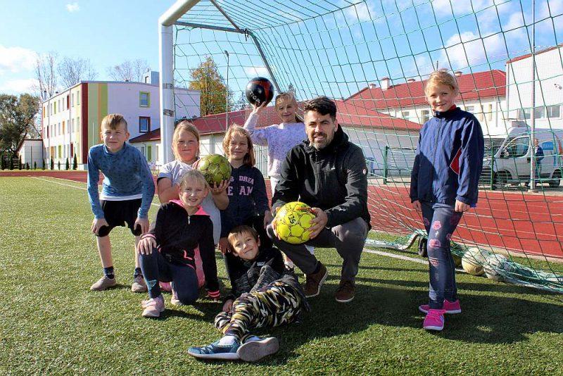 Sporta centra direktors Lauris Krēmers ar skolēniem pēc sporta stundas.