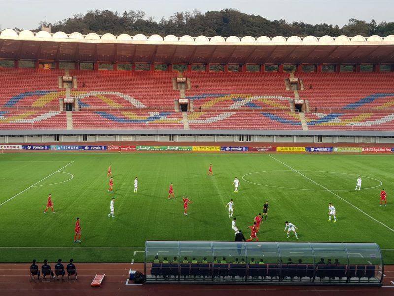 Ziemeļkorejas un Dienvidkorejas futbola izlases spēlē pie tukšām tribīnēm.