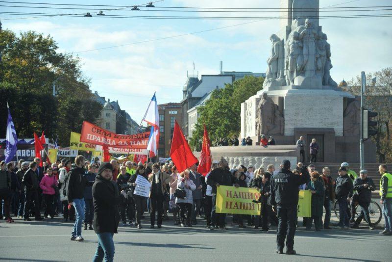 Krievu savienības gājiens pret izglītību latviešu valodā.