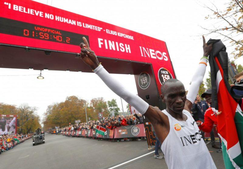 Eliuds Kipčoge no Etiopijas sestdien Austrijas galvaspilsētā Vīnē kļuva par pirmo cilvēku vēsturē, kuram izdevies veikt maratona distanci ātrāk nekā divās stundās.