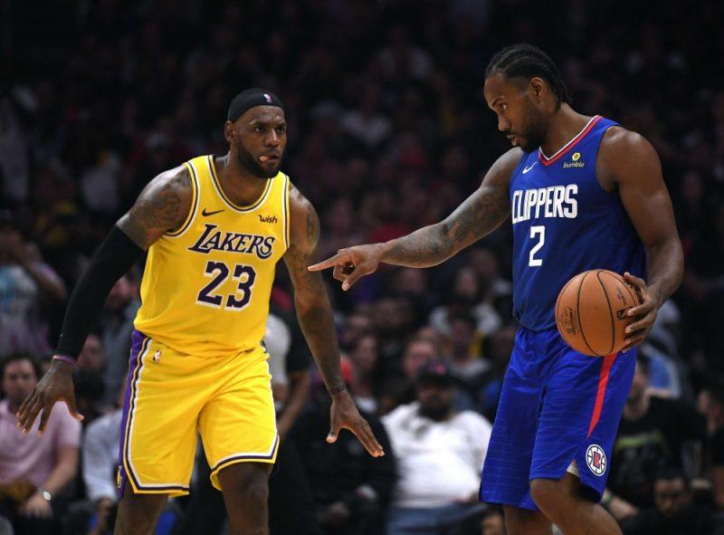 """Kavai Lenards un """"Clippers"""" sezonas pirmajā spēlē bija pārāki pār Lebronu Džeimsu un """"Lakers."""