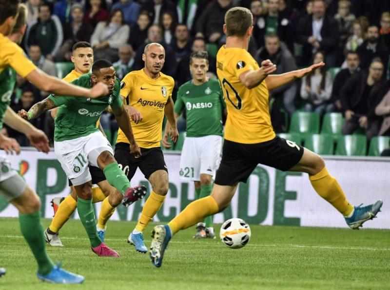 Kaspars Dubra aizsardzībā UEFA Eiropas līgas spēlē Sentetjēnā.
