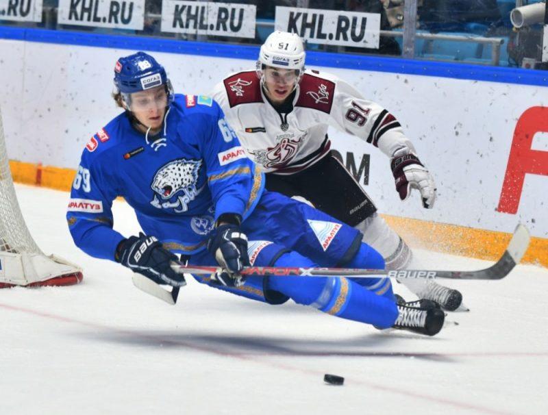 Daniels Bērziņš cenšas apturēt Ņikitu Kļeščenko.