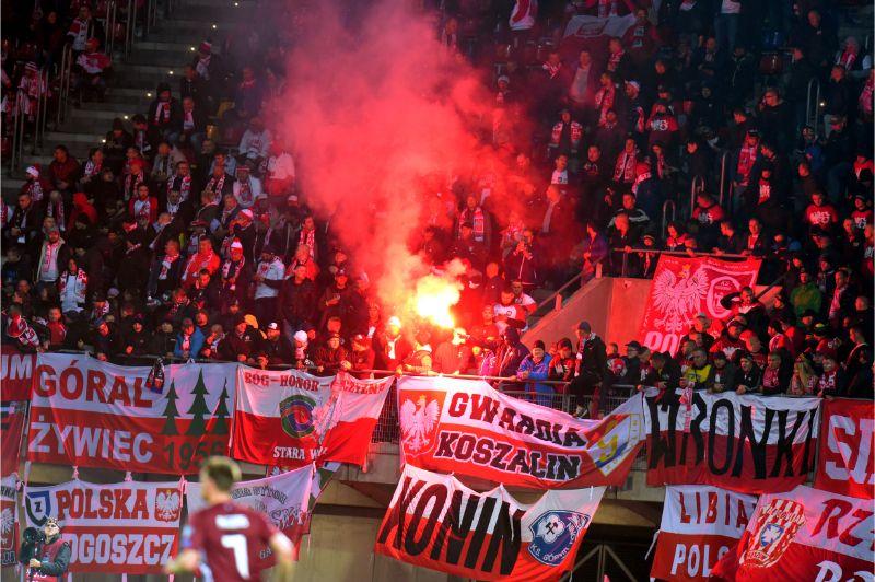 """Polijas futbola fani """"Daugavas"""" stadionā Rīgā."""
