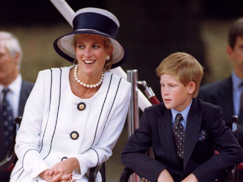 Princese Diāna ar dēlu, princi Hariju, 1995.gadā.