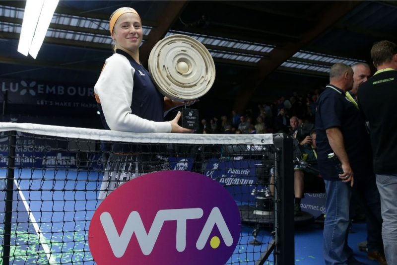 Aļona Ostapenko ar Luksemburgas WTA turnīra galveno balvu.