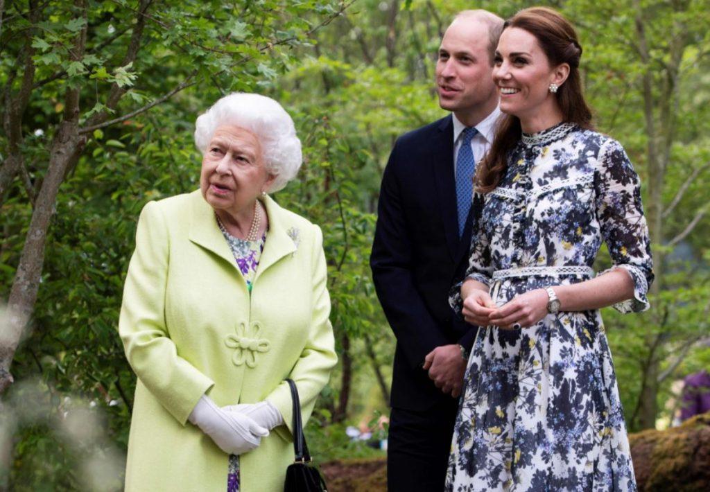 Karaliene Elizabete II, viņas mazdēls, princis Viljams un viņa sieva, Keita Midltone.