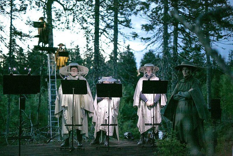 """17. un 18. augustā Somijā meža estrādē notika brīvdabas izrādes """"Koku opera. Vējgāzes"""". Šis teātris ir uzbūvēts, lai atgrieztos mežā un dzīvotu mūžīgi."""