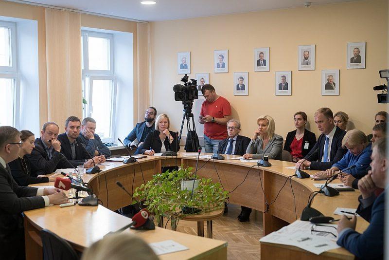 Ministru Juri Pūci (no kreisās) iztaujā Saeimas Valsts pārvaldes un pašvaldības komisijas sēdē.