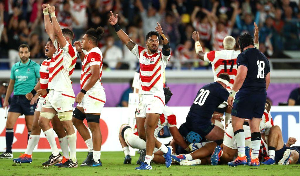 Japānas regbija izlases spēlētāju prieki pēc uzvaras.