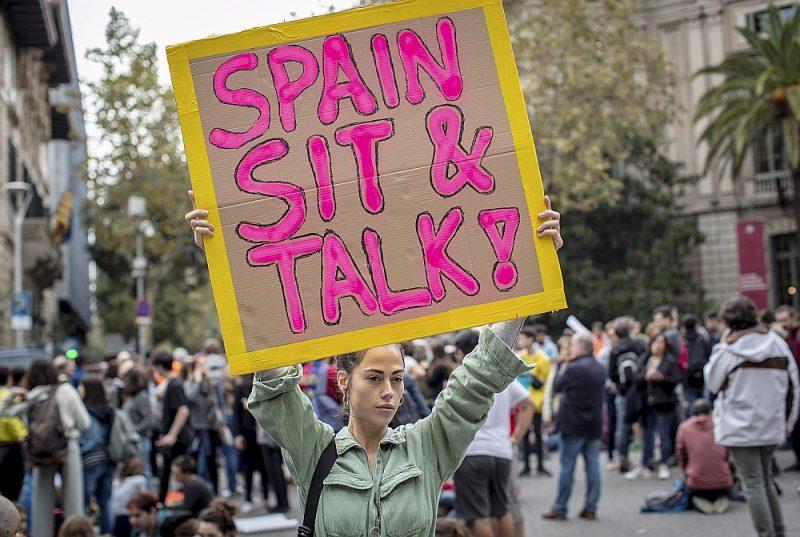 """""""Spānija, sēdi un runā!"""" pieprasa Katalonijas neatkarības aizstāvji demonstrācijā Barselonā, kur vakar ieradās Spānijas premjerministrs Pedro Sančess."""