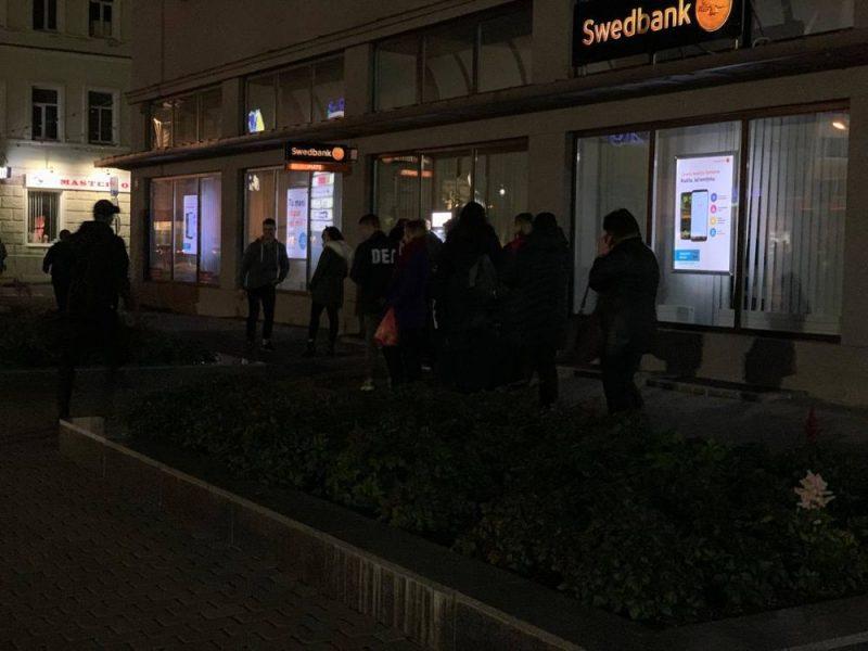 Cilvēki Daugavpilī noticēja baumām un vēlā vakarā devās izņemt naudu no bankomātiem.