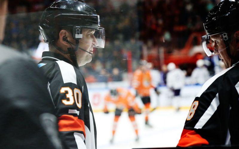 """KHL tiesnesim Viktoram Gašilovam (no kreisās) """"Amur"""" galvenais treneris piedraudēja sadedzināt mašīnu."""