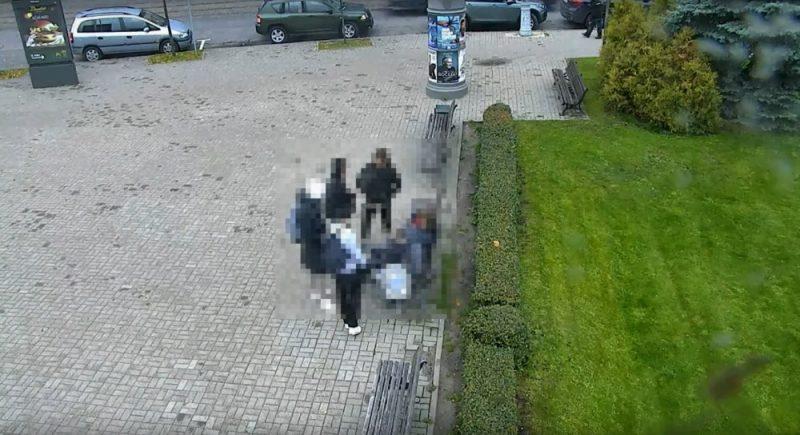 Rīgas centra skvērā policija aiztur 16 gadus vecu jaunieti, kurš pārdeva maisiņu ar marihuānu kādai meitenei.