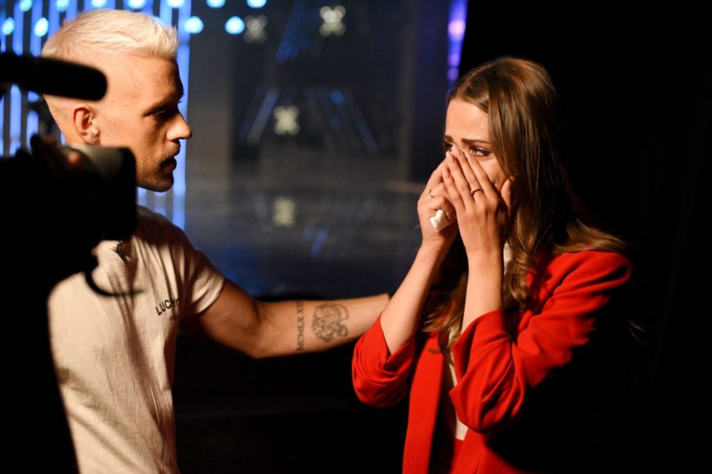 """Šova """"X Faktors"""" vadītājs Markus Riva mierina vienu no šova dalībniecēm."""