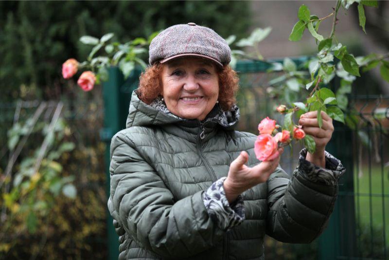 Lia Guļevska vēlējās nofotografēties savā Mellužu dārzā pie rudens rozes – būšot romantiskāk nekā virtuvē pie plīts.