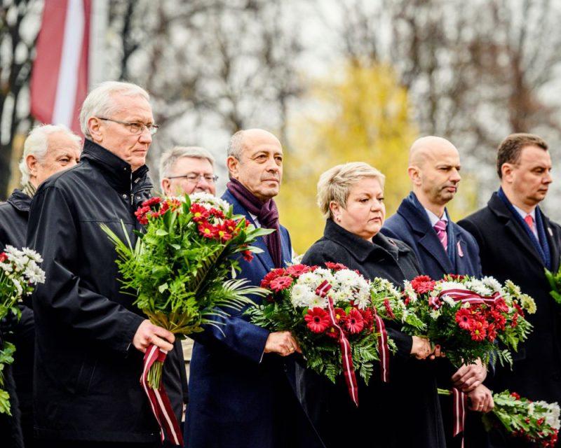 Rīgas domes priekšsēdētājs Oļegs Burovs piedalās ziedu nolikšanā pie Brīvības pieminekļa