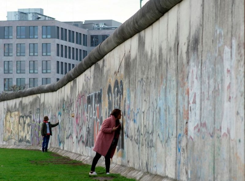 Berlīnes mūra fragments.