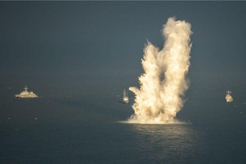 """Mācību """"Hod ops"""" laikā tika attīrītas aptuveni 20 kvadrātjūdzes, jūras dzelmē atrodot 56 sprādzienbīstamus priekšmetus – 40 enkurmīnas un 16 grunts mīnas."""