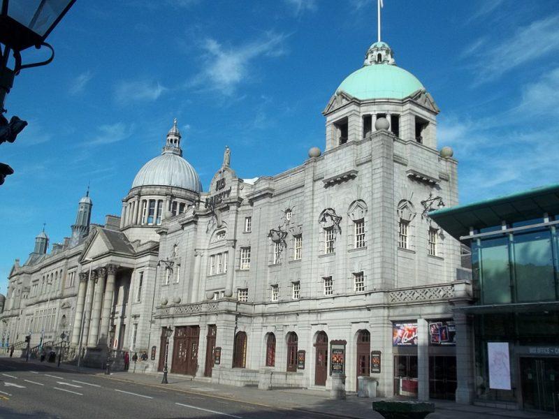 Viņa majestātes teātri Aberdīnā izgaismos Latvijas karoga krāsās.