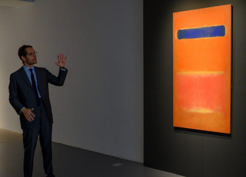 """Marka Rotklo gleznu """"Blue Over Orange"""" pārdos Sotbija laikmetīgās mākslas izsolē 14. novembrī."""