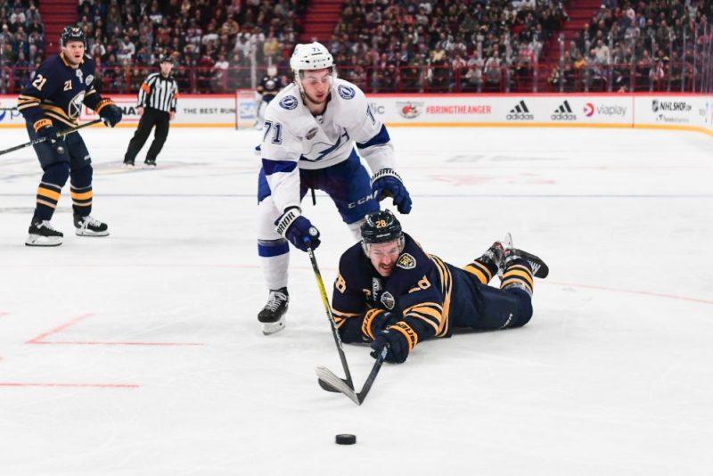 Zemgus Girgensons (uz ledus) NHL spēlē Stokholmā.