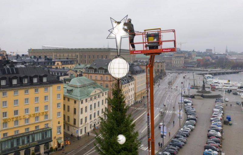 Stokholmā 35 metrus garajai eglei tiek uzlikti rotājumi.