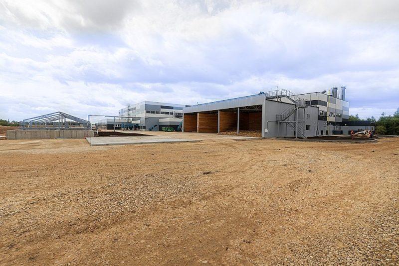 Krustpils pagastā bijušajā armijas lidlaukā uzcelta rūpnīca, kas ražos tehnisko finieri jeb finierskaidu.