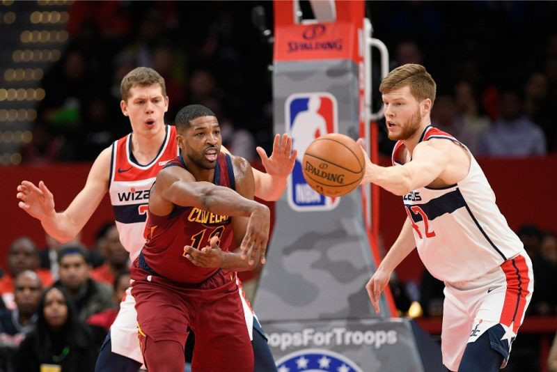 """Dāvis Bertāns (no labās) cenšas pārtvert """"Cavaliers"""" spēlētāja Tristana Tompsona piespēli."""