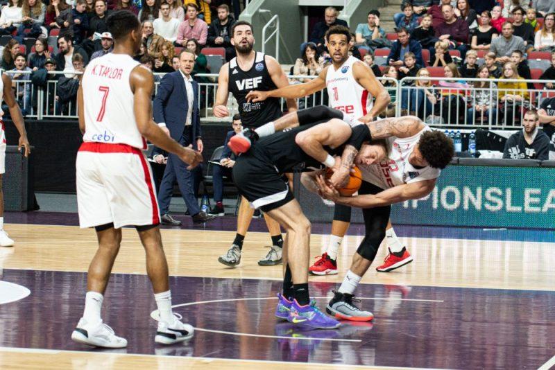 """""""VEF Rīga"""" basketbolisti spēlē pret Bambergas klubu saskārās ar ļoti ciešu aizsardzību."""