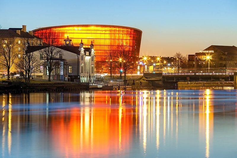 """Koncertzāle """"Lielais dzintars"""" ir kļuvusi ne tikai par Liepājas kultūras, bet arī arhitektūras dominanti, kas īpaši skaisti izskatās vakara gaismā."""
