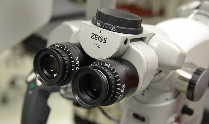 """Liepājas Reģionālā slimnīca ir iegādājusies mikroskopu """"Carl Zeiss OPMI Vario S88"""", kas paver jaunas iespējas muguras saslimšanu ārstēšanā."""
