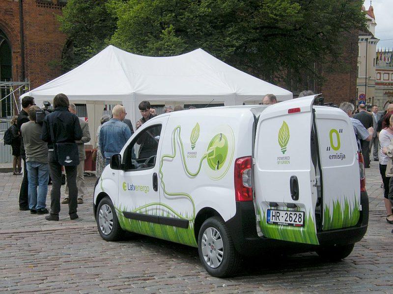 """Lielākā elektromobiļu daļa Latvijā ir uzņēmumu, nevis privātpersonu īpašums. Arī tie galvenokārt pirkti ar Eiropas fondu atbalstu. Viens no lielākajiem EV parkiem – """"Latvenergo""""."""
