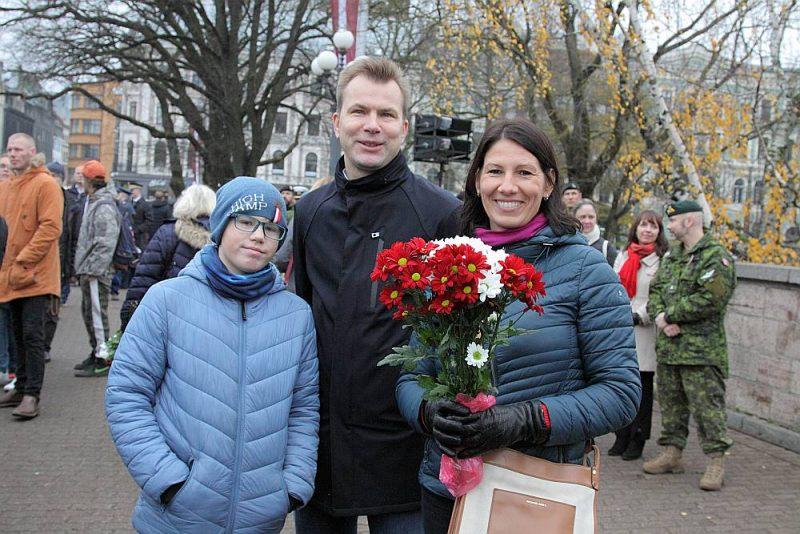 Ziedu nolikšanas ceremonija pie Brīvības pieminekļa