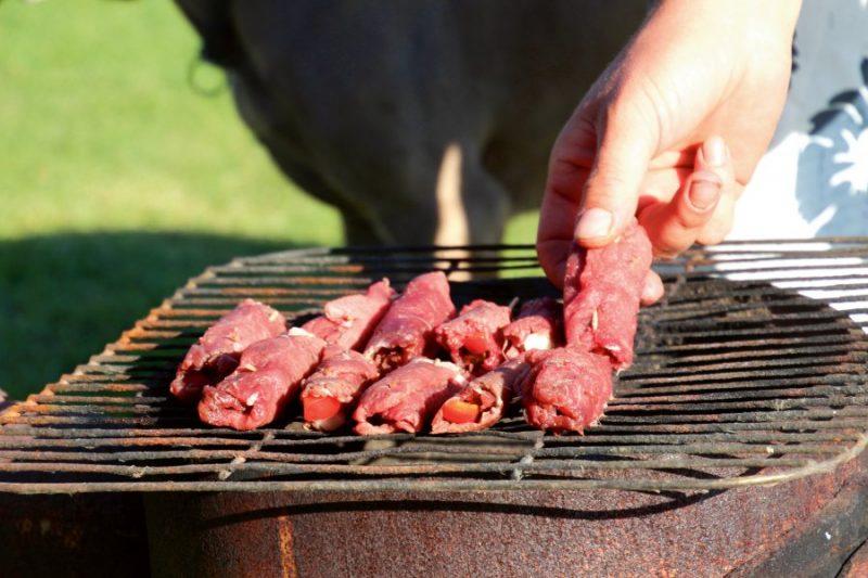 Brieža gaļas veltnīšu gatavošana.