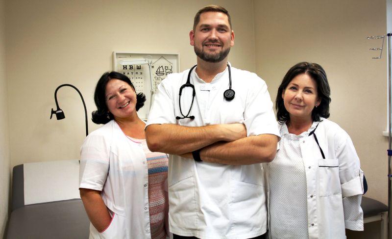 Dakteris Siliņš kopā ar savu lielisko komandu – ārsta palīdzi Jolantu Rozīti (no labās) un medicīnas māsu Annu Ivanovu.