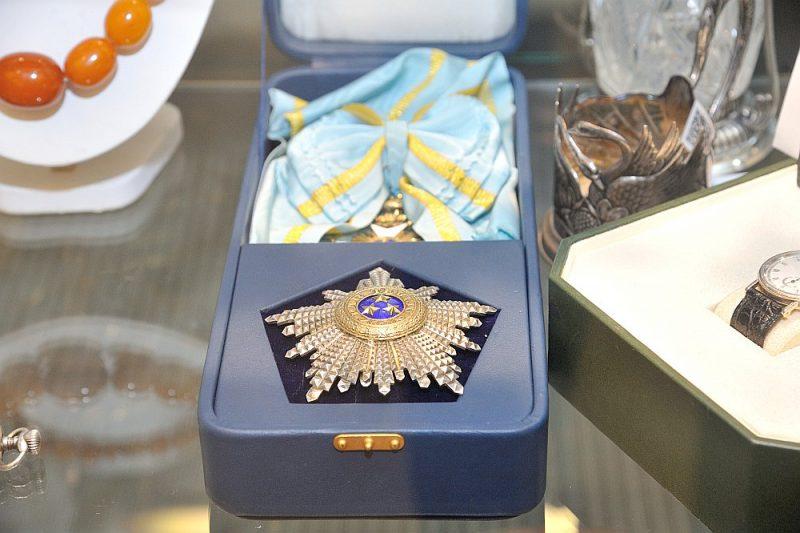 Ar sākuma cenu 1800 eiro sestdien plānots izsolīt arī 1. pakāpes Triju Zvaigžņu ordeni, tā saņēmējs nav zināms.