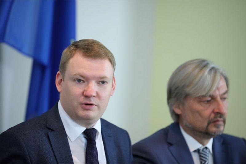 """Politiskās partijas """"Latvijas Reģionu Apvienība"""" valdes priekšsēdētājs Edvards Smiltēns (no kreisās) un """"Reģionu alianse"""" valdes priekšsēdētājs Dagnis Straubergs."""