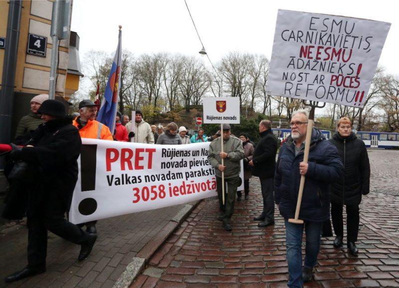Mazsalacas, Rūjienas un Naukšēnu novada pašvaldību pārstāvji pulcējas pie Pulvertorņa, lai dotos protesta gājienā uz Saeimas namu.