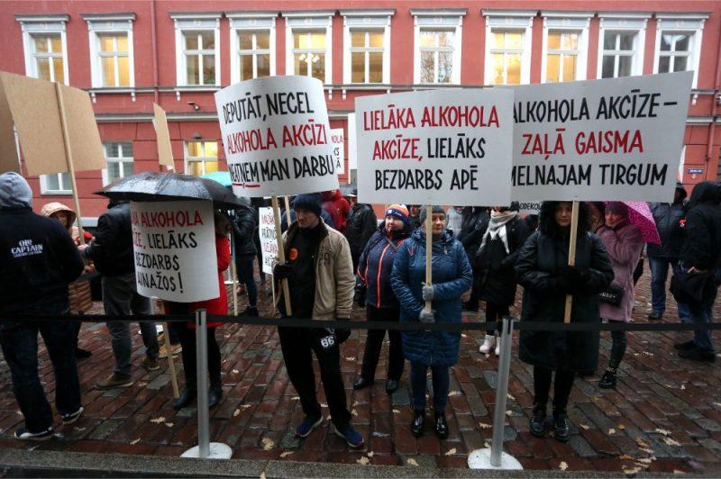 Pie Saeimas nama notiek Valkas, Ainažu, Salacgrīvas un citi Latvijas-Igaunijas pierobežas iedzīvotāju pikets pret valdības lēmumu par 30% palielināt alkohola akcīzi no 2020.gada 1.marta.