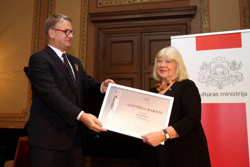 Nauris Puntulis un Roze Stiebra Kultūras ministrijas Atzinības rakstu pasniegšanas ceremonijā.