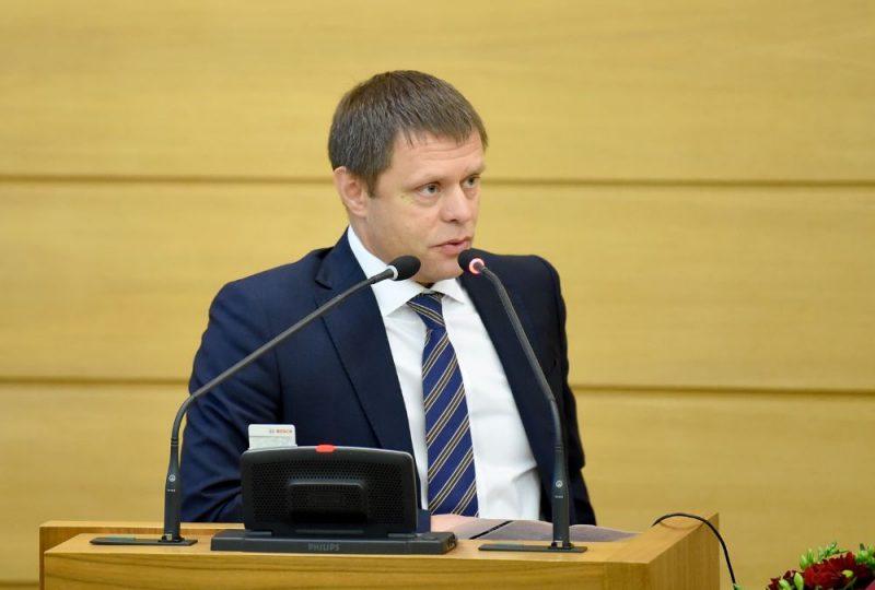 Rīgas domes priekšsēdētāja vietnieks Vadims Baraņņiks uzstājas debatēs Rīgas domes ārkārtas sēdē, kurā lemj par viņa atbrīvošanu no amata.