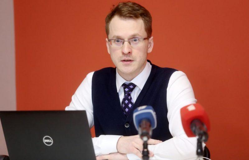 """No amata atbrīvotais SIA """"Rīgas namu pārvaldnieks"""" valdes loceklis Ivo Lecis piedalās preses konferencē, kurā informē par atlaišanas iemesliem, kā arī par tālāko rīcību saistībā ar prettiesisko atlaišanu."""