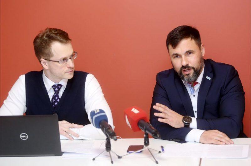 """No amata atbrīvotie – SIA """"Rīgas namu pārvaldnieks"""" valdes loceklis Ivo Lecis (no kreisās) un valdes priekšsēdētājs Aivars Gontarevs piedalās preses konferencē, kurā informēs par atlaišanas iemesliem, kā arī par tālāko rīcību saistībā ar prettiesisko atlaišanu."""