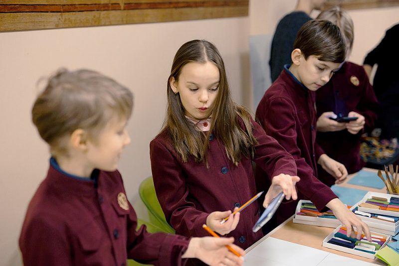 Skolēni iepazīst mākslas pasauli, apmeklējot Latvijas Nacionālo mākslas muzeju.