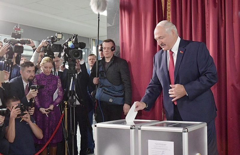 Atbildot uz žurnālistu jautājumiem pēc balsošanas vēlēšanu iecirknī Minskā, prezidents Aleksandrs Lukašenko piedraudēja Krievijai atteikties parakstīt integrācijas vienošanos decembrī, ja Maskava neatrisinās strīdu ar Baltkrieviju par enerģijas subsīdijām.