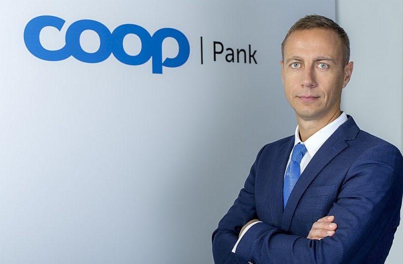 """""""Coop Pank"""" valdes priekšsēdētājs Marguss Rinks: """"""""Coop Pank"""" ir atbilde lielo komercbanku politikai slēgt savas filiāles lauku rajonos un samazināt bankomātu tīklu. Tā darbojas caur """"Coop"""" veikalu kasēm un internetā."""""""