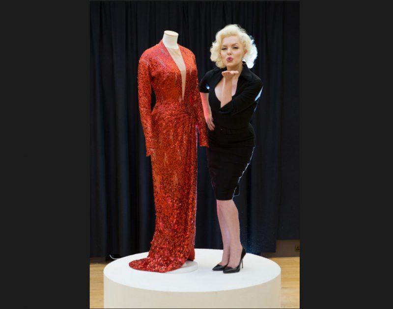 """Garā, sarkanā kleita ar pērlītēm, ko Merilina Monro vilka kinofilmā """"Džentlmeņi izvēlas blondīnes"""", maksāja gandrīz 224 000 eiro."""